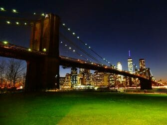 Parks in New York - Brooklyn Bridge bei Nacht