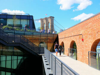 Brooklyn Bridge Park in New York - Empire Stores Dach