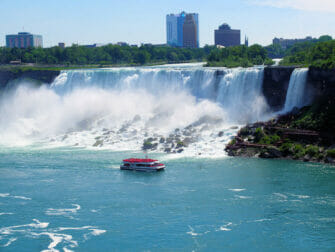 Tagesausflug zu den Niagarafällen im Privatflugzeug - Bootsfahrt
