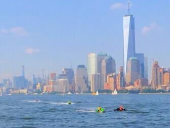 Jetski fahren in New York One World Trade Center