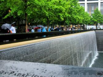 Regen in New York - Besucher am 9/11 Memorial